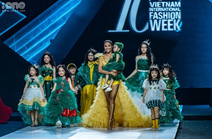 Trong 2 năm đương nhiệm, HHen Niê nhiều lần được mời làm vedette khi trình diễn thời trang. Tuy nhiên một trong những sân khấu đáng nhớ nhất của Hen ở cuối nhiệm kỳ là Vietnam International Fashion Week mùa thứ 10, khi cô trình diễn cho BST của NTK Nguyễn Thảo. Hoa hậu Hoàn vũ Việt Nam bước ra trong bộ váy vàng lộng lẫy, đi cùng là dàn mẫu nhí có hoàn cảnh đặc biệt. Cô bế bé Hà My - mẫu nhí 4 tuổi bị ung thư máu và đang chống chọi với những giây phút cuối của cuộc đời.