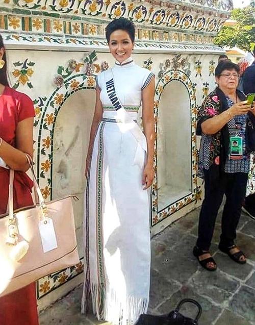 Ở Miss Universe 2018, HHen Niê có sự đầu tư, chuẩn bị kỹ lưỡng về trang phục. Yếu tố dân tộc được người đẹp đề cao thông qua váy áo trong từng hoạt động. Một bộ cánh cũng để lại nhiều ấn tượng với khán giả là chiếc áo dài pha họa tiết dệt thổ cẩm của người Ê đê. Trang phục đậm bản sắc truyền thống này sau đó đã được HHen Niê tặng lại cho Bảo tàng Áo dài TP HCM để làm hiện vật trưng bày.