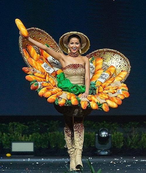 Cũng trong chặng đường tại Miss Universe 2018, HHen Niê có nhiều bộ trang phục để đời. Ở phần thi Trang phục dân tộc, cô mang đến thiết kế Bánh mì. Lần đầu giới thiệu món ăn Việt Nam lên quốc phục, trang phục của HHen Niê từng gây không ít tranh cãi. Tuy nhiên màn xuất hiện của cô trên sân khấu được đánh giá cao. Chuyên trang sắc đẹp Missosology xếp Bánh mì vào top 10 trang phục dân tộc đẹp nhất năm đó.