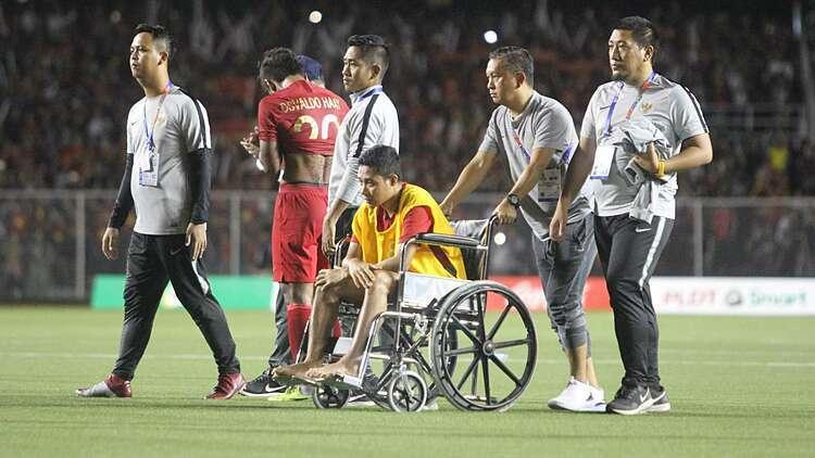 Dimas ngồi xe lăn. Ảnh: Goal.