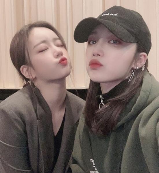 Bomi (trái) và Eun Ji của Apink tạo dáng hôn gió tình cảm.
