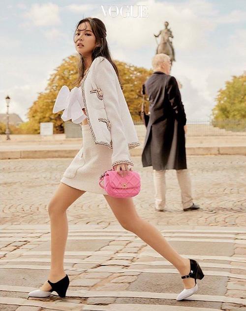 Nữ idol sở hữu bộ sưu tập áo khoác vải tweed đồ sộ, ứng dụng đa dạng trong đời thường.