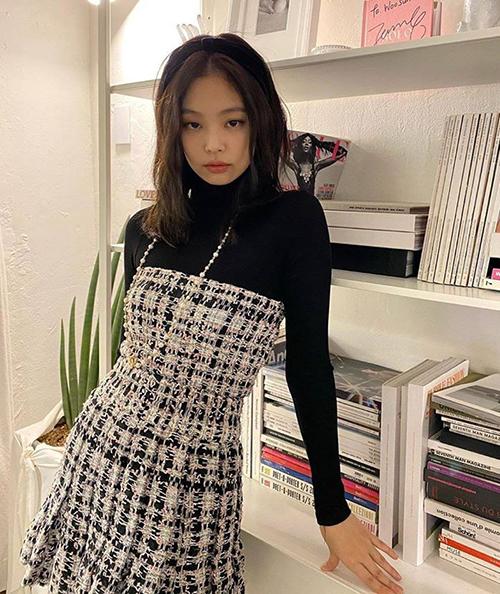 Nữ idol như một tiểu thư cổ điển khi diện váy vải tweed, kết hợp băng đô vải.