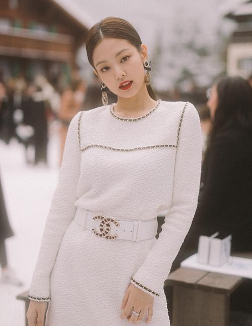 Từ cây suit cho đến váy vải tweed đều giúp Jennie tôn lên vẻ đẹp nữ tính và sang chảnh của Jennie.