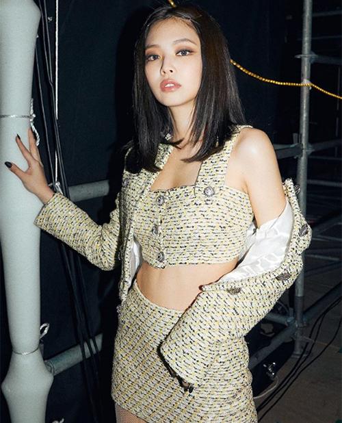 Mùa đông năm nay, khi vải tweed lên ngôi mạnh mẽ, nữ idol càng lăng xê kiểu trang phục này tích cực.