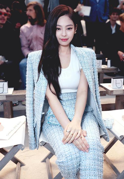 Những lần tham dự show thời trang của Chanel, Jennie thường xuyên diện trang phục chất liệu tweed.