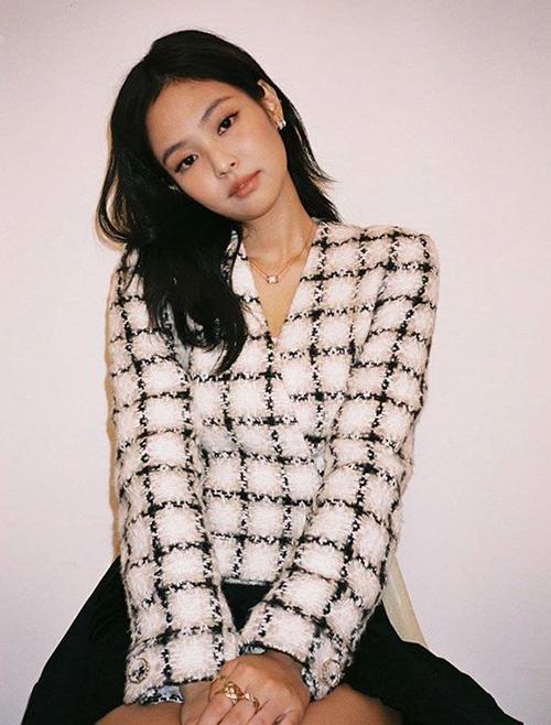 Jennie diện không biết chán mốt vải tweed sang chảnh - 7