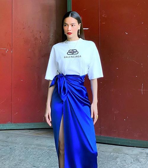Hà Hồ kết hợp váy xanh cùng áo trắng để dung hòa. Chất liệu satin của chiếc váy giúp set đồ càng thêm sang trọng.