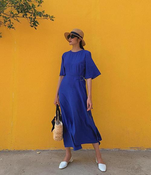 Tăng Thanh Hà vốn theo đuổi phong cách cổ điển nên rất hợp với gam xanh bất hủ này.