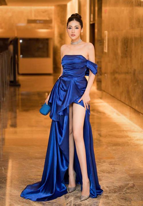 Gam xanh cổ điển giúp các mỹ nhân Việt có vẻ ngoài sang trọng khi dự sự kiện. Dương Tú Anh gần đây diện chiếc váy trễ vai rất quyến rũ.