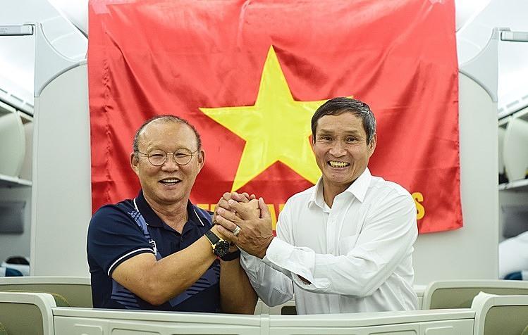 HLV Mai Đức Chung và HLV Park Hang-seo trên chuyến bay từ Philippines về Việt Nam tối 11/12. Ảnh: Giang Huy.