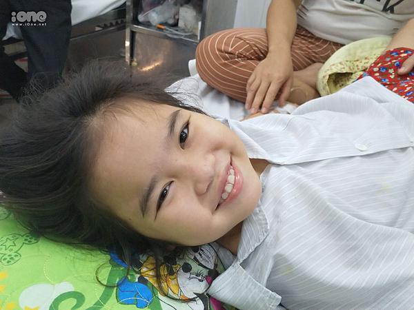 Nụ cười hiếm hoi của Khánh Ngọc trong thời gian ở viện.