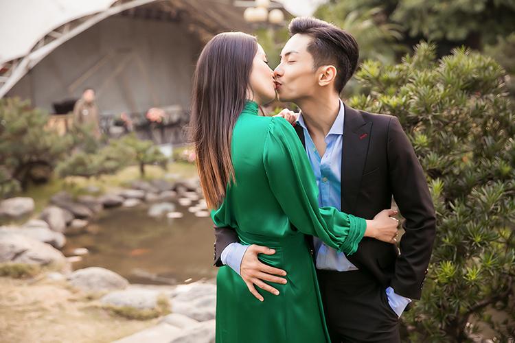 Cặp đôi giờ đã có hai bé một trai, một gái kháu khỉnh. Những lúc bên nhau, Khánh Thi - Phan Hiển vẫn tình tứ như thuở mới yêu.