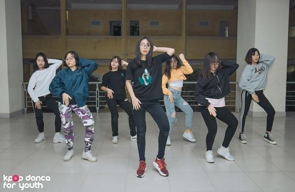 Đặc biệt, trong vòng Đối đầu, nhóm nhảy đến từ trường ĐH Sư phạm Hà Nội còn khiến khản giả trầm trồ khi nhảy cover bài hát Obsession của EXO, bài hát chỉ mới phát hành trước đó 3 ngày.