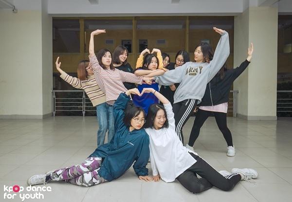 Vì cường độ làm việc cao nên các thành viên luôn cố gắng tạo không khí vui vẻ đểgiảm bớt căng thẳng trong các buổi tập.