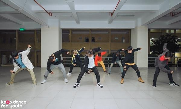 Bắt buộc phải nhảy bài hát của Sunmi nhưng các thành viên nam của Kings Crew vẫn cảm thấy hài lòng vì đề bài này sẽ dễ dàng hơn cho các bạn nữ. Đồng thời, nhóm cũng cho biết, cácđấng mày râu sẽ phụ trách phần lớn màn trình diễn có đạo cụ và sẽ chỉ hé lộ tiết mục nàytrong đêm Chung kết.