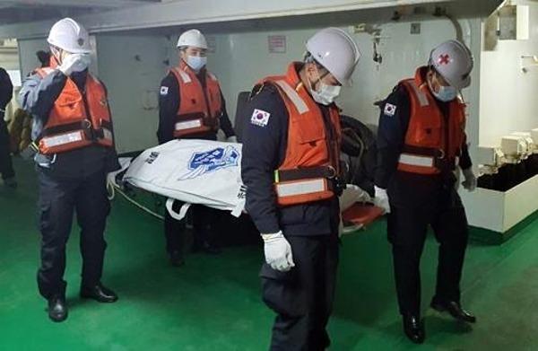 Lực lượng cứu hộ tìm thấy thi thể trong vụ cháy tàu cá.