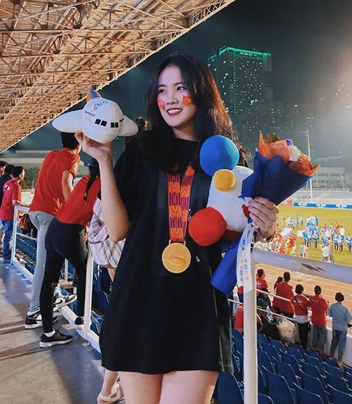 Trong khoảnh khắc ăn mừng chiến thắng lịch sử đội tuyển U22 Việt Nam tại SEA Games 30, Đoàn Văn Hậu lập tức tìm đến khán đài để tặng lại chiếc HCV danh giá cho bạn gái hot girl. Hoàng Anh (biệt danh Ốc) vì thế mà cũng được thêm nhiều người chú ý. Cả hai công khai yêu đương và hẹn hò vào tháng 4/2019 trong ngày sinh nhật của anh chàng.