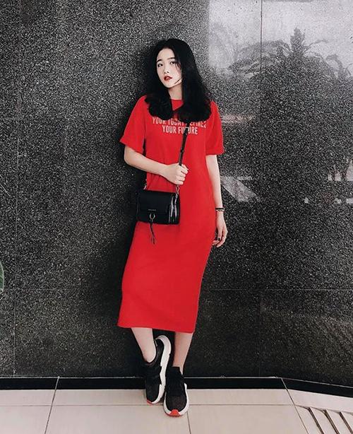 Thỉnh thoảng, bạn gái Văn Hậu mới đổi gió với những tông màu nổi bật hơn như đỏ, xanh neon, tuy nhiên vẫn đi theo style cool ngầu và phối đồ tối giản hết cỡ.