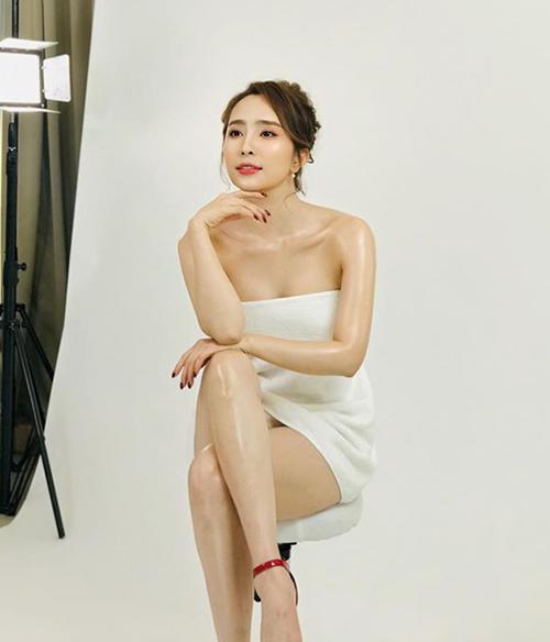 Quỳnh Nga quấn khăn mỏng manh, khoe da căng bóng trong hậu trường chụp hình quảng cáo.