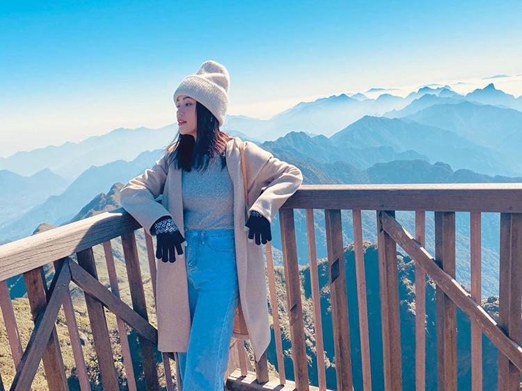 Cùng lúc, Sĩ Thanh cũng chụp ảnh check-in ở vùng núi Tây Bắc. Cặp đôi đang đi du lịch cùng nhau mừng sinh nhật của Sĩ Thanh.