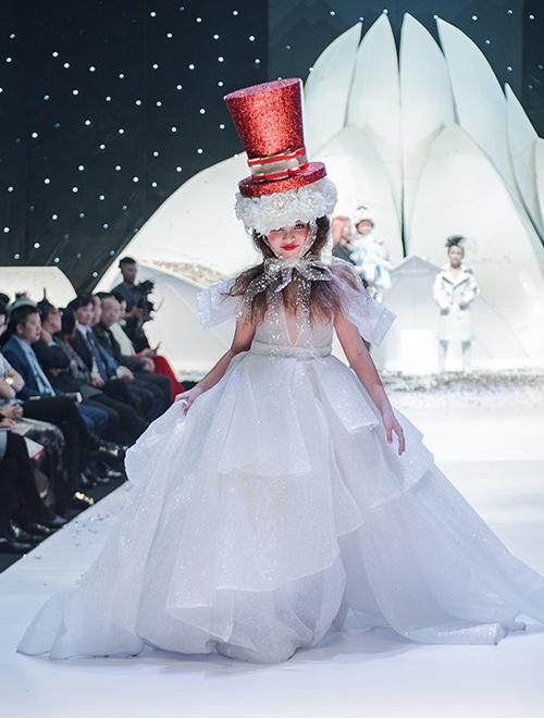 Mỗi đêm diễn quy tụ hơn 100 người mẫu nhí và người lớn với những bộ sưu tập thời trang độc đáo.