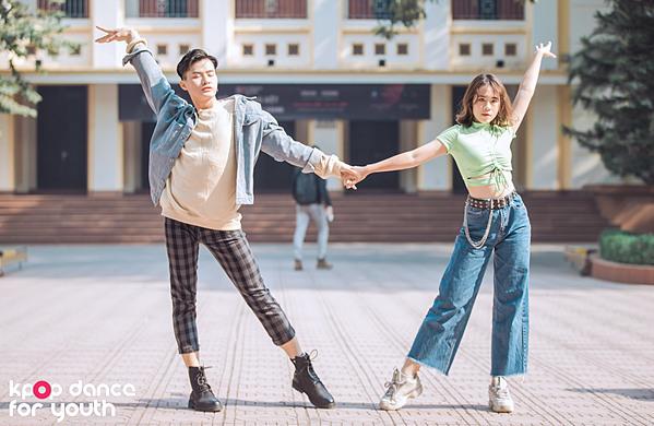 Với bài biểu diễn của MAMAMOO các thành viên nam của CROSS uốn theo các động tác nhảy nữ điêu luyện không kém các cô gái.