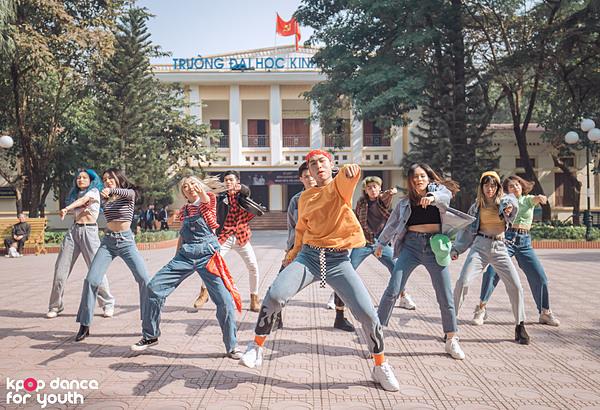 Điểm mạnh của CROSS là kỹ thuật đồng đều giữa các thành viên nam và nữ. Các cô gái của CROSS khoe vũ đạogợi cảm khi trình diễn ở vòng biểu diễn và đêm Đối đầu.