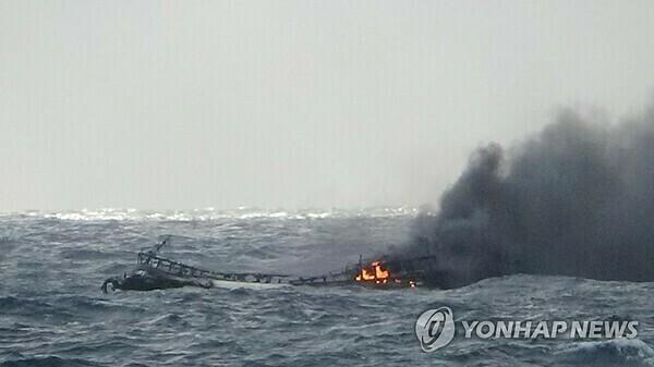 Tàu cá bốc cháy ở vùng biển gần đảo Jeju, phía nam Hàn Quốc sáng 19/11. Ảnh: Yonhap.