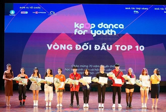 Ngô Lan Chi (ngoài cùng bên trái) tại sân khấu cuộc thi Kpop Dance For Youth Hanoi 2019.