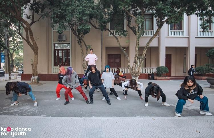 Vì luyện tập trên sân cứng và không có gương nên các thành viên thường xuyên bị đau chân, tay khi thực hiện các động tác quỳ, chống tay...