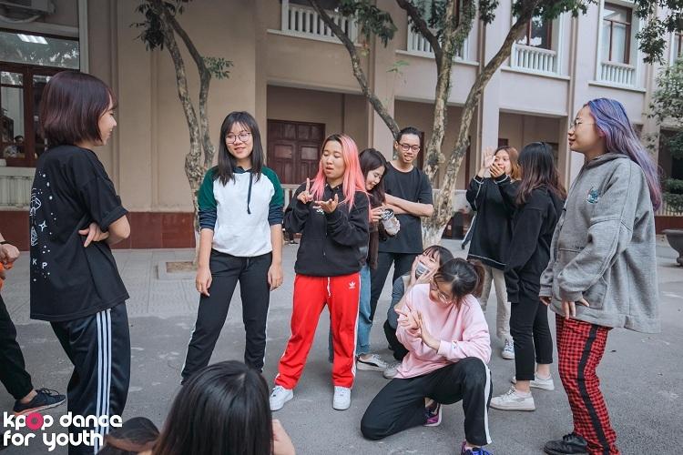 Dù vậy, các buổi tập của BAAT đều tràn ngập tiếng cười và nhiệt huyết. 20 thành viên luyện tập nghiêm túc, luôn quan sát và điều chỉnh động tác cho nhau.