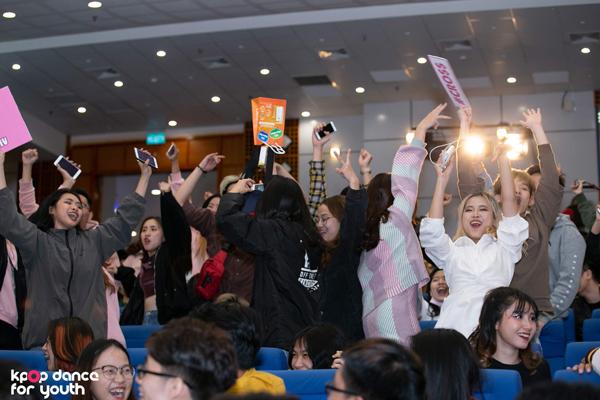 Vòng Đối đầu Kpop Dance For Youth thu hút hàng nghìn khán giả, chật kín sân khấu.