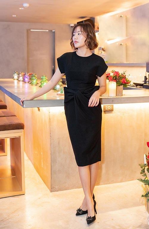 Sau chuỗi ngày tất bật chạy show và làm dự án cuối năm, tối 13/12, Mai Hương vừa tổ chức một bữa tiệc ấm cúng để đón Giáng sinh sớm. Nữ ca sx khoe vẻ sang trọng khi diện đầm cocktail cá tính kết hợp với những phụ kiện đồng điệu.