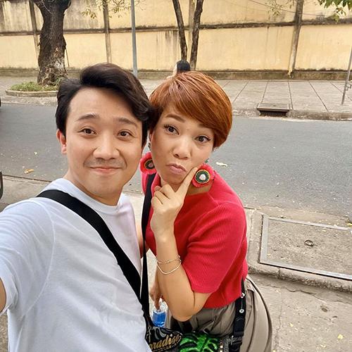Trấn Thành pose hình nhắng nhít với Trần Thu Hà.