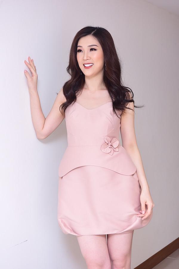 Phí Thùy Linh là Hoa hậu Áo dài 2018. Cô từng lọt top 10 Hoa hậu Việt Nam 2010 cùng giải phụ Thí sinh có làn da đẹp nhất. Người đẹp sinh năm 1988 có cuộc hôn nhân khá viên mãn với ông xã doanh nhân và hai con trai kháu khỉnh