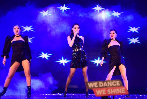 Xuất hiện trên sân khấu đêm chung kết Kpop Dance For Youth, Minh Hằng nổi bật với vẻ ngoài xinh đẹp. Cô diện đầm lệch vai sắc đen cá tính.Minh Hằng .
