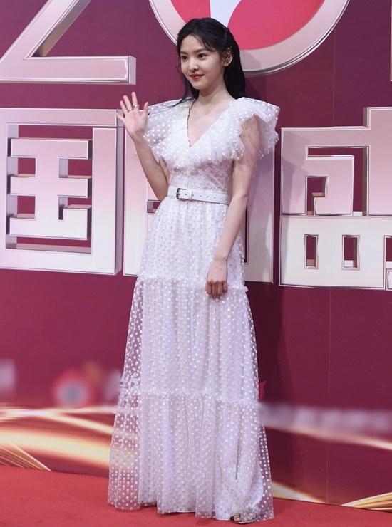 Chương Nhược Nam - cô gái từng gây sốt mạng xã hội vì được thiếu gia Vương Tư Thông bấm follow. Hiện Nhược Nam là diễn viên mới được nâng đỡ trong bộ phim của Triệu Vy.