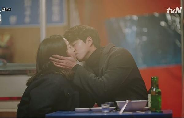 7. Goblin (2016): Kim Shin (Gong Yoo)và Eun Tak (Kim Go Eun) hôn nhau ngọt lịm tại quán rượu khi anh thừa nhận chính mình là người đàn ông lý tưởng của Eun Tak.