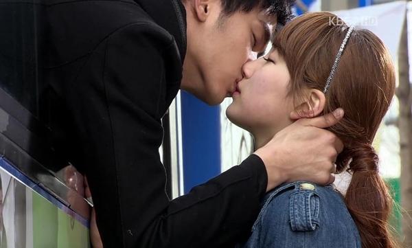 2. Dream High (2011): Một trong những cảnh phim đáng nhớ là nụ hôn xe buýt giữa Go Hye Mi (Suzy) vàSam Dong (Kim Soo Hyun).Trước khi xe lăn bánh, Hye Mi đã đuổi kịp Sam Dong nhờ có đèn tín hiệu đèn đỏ. Sam Dong mở cửa sổxe và trao cho bạn gái nụ hôn ngập tràn sự tiếc nuối, yêu thương,trước khi xa cách một thời gian dài.