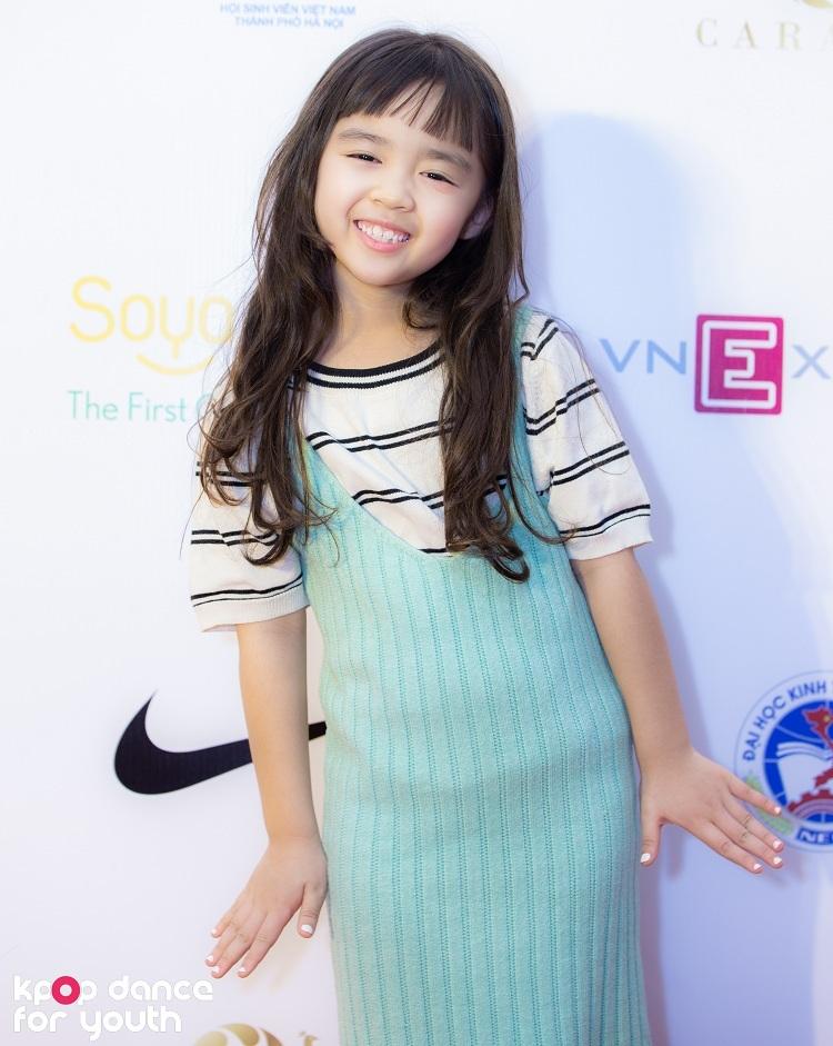 Bé Rồng, người mẫu nhí nổi tiếng, cũng có mặt tại đêm Chung kết Kpop Dance For Youth từ rất sớm. Bé rất hào hứng trước những màn trình diễn sôi động và hồn nhiên nhận xét các vũ công 'còn dẻo hơn con nữa'.
