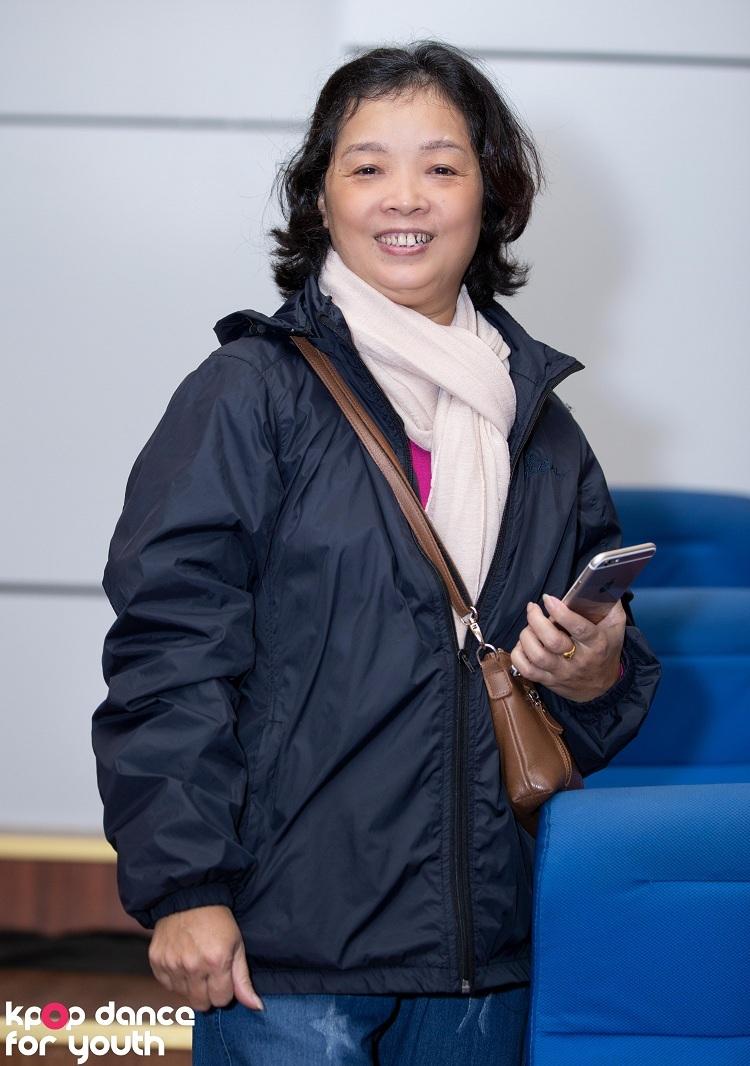 Cô Hồng Nguyệt, mẹ của bạn Phương Hoa - thành viên của The Heat (ĐH Thăng Long), hào hứng chia sẻ: Tôi cho Hoa đi học và thi nhảy từ khi con học cấp 2. Từ đó tới giờ, cuộc thi nào của con tôi cũng tới và ủng hộ con.