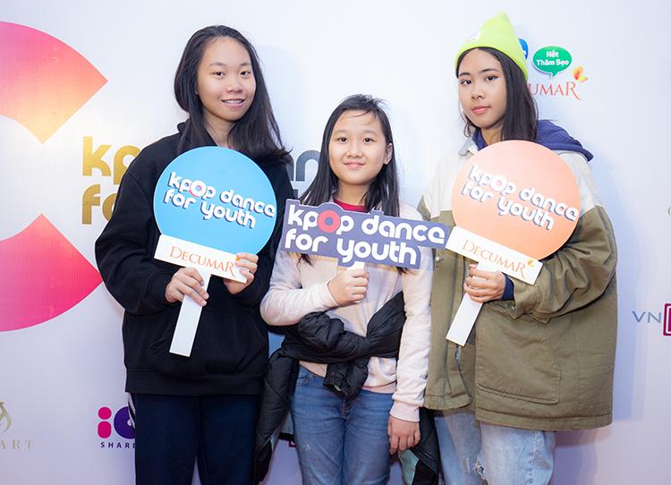 Cùng yêu thích các nhóm nhạc Kpop như NCT, Loona..., ba chị em Trà My, Thanh Vân, Khánh Huyền (từ trái sang) đã cùng nhau tới đêm Chung kết để thưởng thức những màn trình diễn công phu trên nền nhạc của thần tượng.