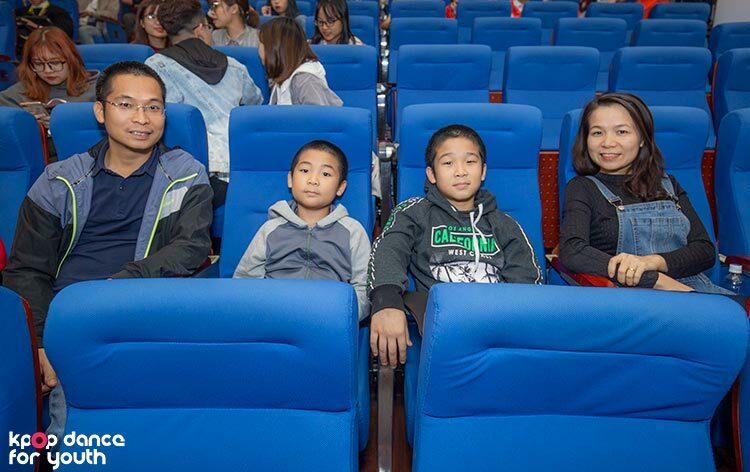 Dù không phải người nhà của thí sinh nhưng gia đình chị Vân đã tới thưởng thức Chung kết Kpop Dance For Youth vì các con yêu thích Kpop và vợ chồng chị cũng muốn được hòa mình vào không khí trẻ trung, sôi động.