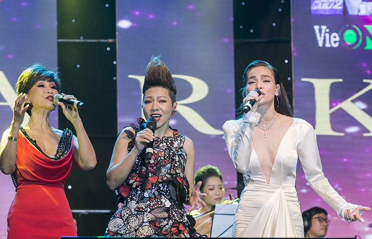 Một điểm nhấn của chương trình là tiết mục tam ca của ba ca sĩ tên Hà. Lựa chọn hai ca khúc bất hủ Khi mình yêu - Sa mạc tình yêu, sự hòa giọng của ba thế hệ gồm Khánh Hà, Hà Trần và Hà Hồ nhận được những tràn vỗ tay từ khán giả.