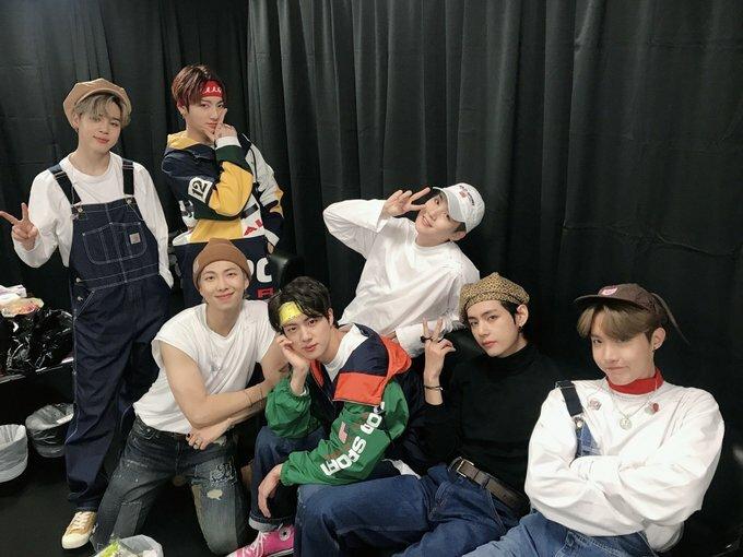BTS thường xuyên bị fan cuồng bám đuôi mọi lúc mọi nơi.