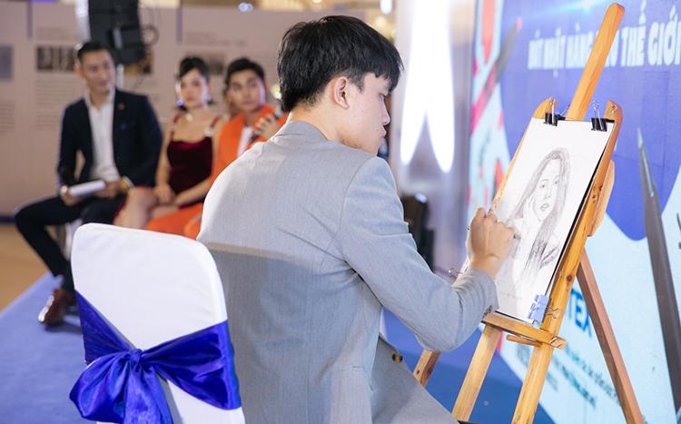Chi Pu được fan tiếp tế lương thực khi chạy show - 7