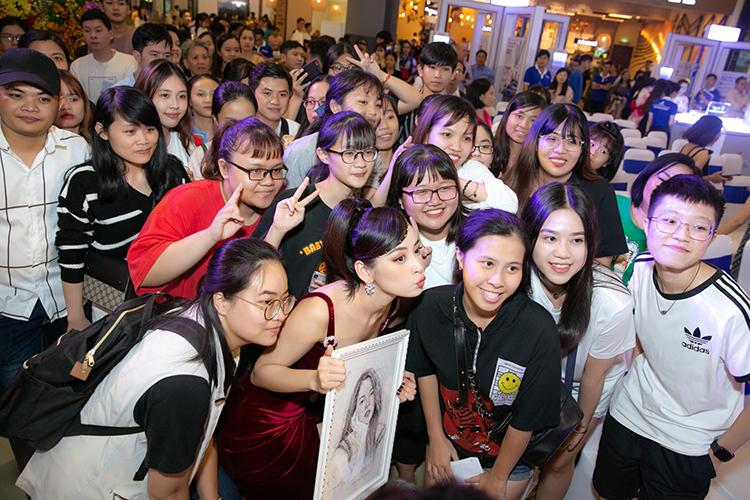 Chi Pu được fan tiếp tế lương thực khi chạy show - 1