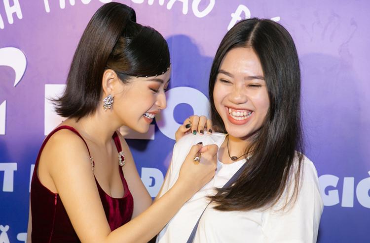 Chi Pu được fan tiếp tế lương thực khi chạy show - 4