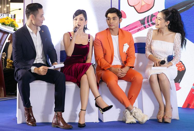 Chi Pu được fan tiếp tế lương thực khi chạy show - 6